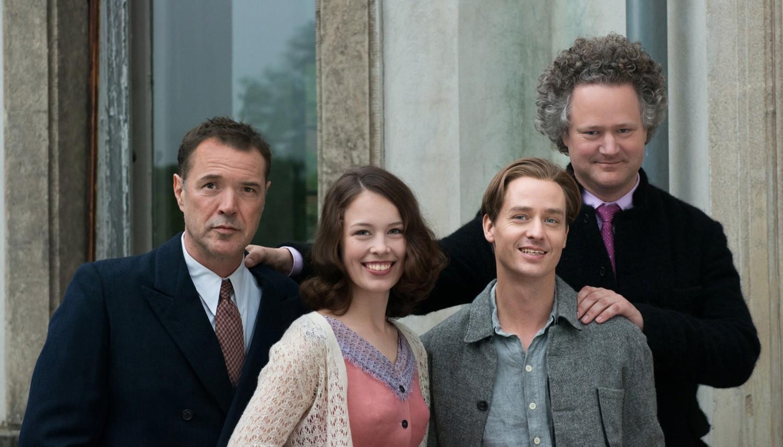 Drehstartfoto WERK OHNE AUTOR. V.l.n.r.: Die Schauspieler Sebastian Koch, Paula Beer und Tom Schilling sowie Regisseur Florian Henckel von Donnersmarck.