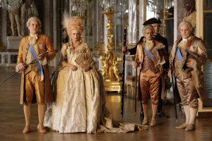 """ARD Degeto LEB WOHL, MEINE KÖNIGIN!, """"Les Adieux A La Reine"""", am Sonntag (16.04.17) um 23:55 Uhr im ERSTEN. Den verschwenderischen Prunk in Versailles genießen das Königspaar Marie Antoinette (Diane Kruger) und Ludwig XVI. (Xavier Beauvois) sowie ihr Hofstaat, darunter der Comte de Provence (Grégory Gadebois, re.) und der Comte d'Artois (Francis Leplay, 2. v. re.). © ARD Degeto/, honorarfrei - Verwendung gemäß der AGB im engen inhaltlichen, redaktionellen Zusammenhang mit genannter Degeto-Sendung und bei Nennung """"Bild: ARD Degeto/"""" (S2). ARD Degeto/Programmplanung und Presse, Tel: 069/1509-335, degeto-presse@degeto.de"""