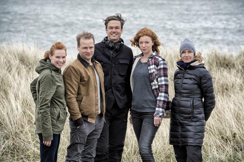 """NORDDEUTSCHER RUNDFUNK """"Waidmannsheil"""": Dreh für neue Folge von """"Nord bei Nordwest"""" - mit Hinnerk Schönemann, Henny Reents und Marleen Lohse Drehstart für """"Nord bei Nordwest: Waidmannsheil"""" v.l.n.r.: Henny Reents als Lona Vogt, Hinnerk Schönemann als Hauke Jacobs, Felix Herzogenrath (Regisseur), Marleen Lohse als Jule Christiansen und Eeva Fleig (Kamerafrau) © NDR/Sandra Hoever, honorarfrei - Verwendung gemäß der AGB im engen inhaltlichen, redaktionellen Zusammenhang mit genannter NDR-Sendung und bei Nennung """"Bild: NDR/Sandra Hoever"""" (S2). NDR Presse und Information/Fotoredaktion, Tel: 040/4156-2306 oder -2305, pressefoto@ndr.de"""