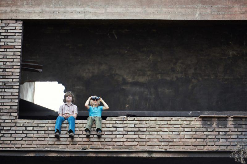 """Fred (Tilman Dšbler, rechts) und Jonas (Valentin Wessely) halten Ausschau mit dem Feldstecher von Kaczmareck. Von ihrem Posten kšnnen die beiden Jungs bis zur Grenze sehen.Honorarfrei lediglich fŸr AnkŸndigungen und Veršffentlichungen im Zusammenhang mit obiger BR-Sendung bei Nennung: """"Bild: BR"""". Nutzung im Social Media-Bereich sowie inhaltlich andere Verwendungen nur nach vorheriger schriftlicher Vereinbarung mit dem BR-Bildmanagement, Tel. 089 / 5900 10580, Fax 089 / 5900 10585, Mail Bildmanagement@br.de"""